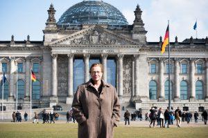 Reina Becker vor dem Bundestag Foto: Malina Ebert